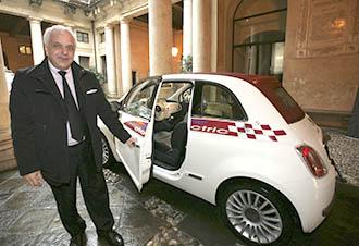 L'assessore Claudio Cicero all'arrivo in Comune a Vicenza con la Fiat 500 elettrica