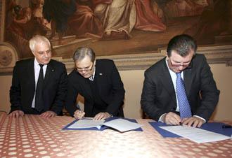Da destra, Giuseppe Sbalchiero e Achille Variati firmano il memorandum, presente Claudio Cicero