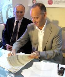La firma della Carta da parte del vicepresidente della Regione Veneto, Marino Zorzato