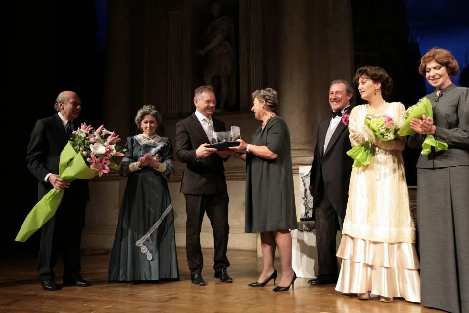 Il presidente di Confartigianato Vicenza, Agostino Bonomo, premia l'Accademia Teatrale Campogalliani di Mantova
