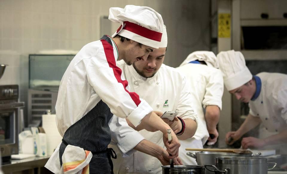Alcuni dei giovani chef al lavoro