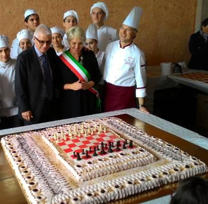 Il presidente davanti alla torta con il sindaco Marica Dalla Valle