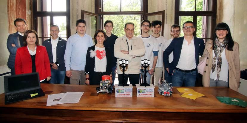 Gli studenti premiati con i rappresentanti di categoria e sindaci - Foto Stella Breganze