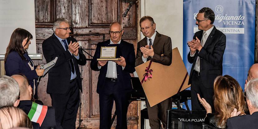 La consegna del premio alla carriera a Mariano Miola