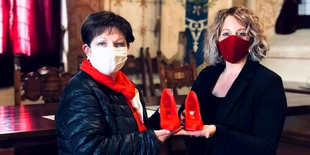 Scarpe rosse di ceramica contro la violenza sulle donne